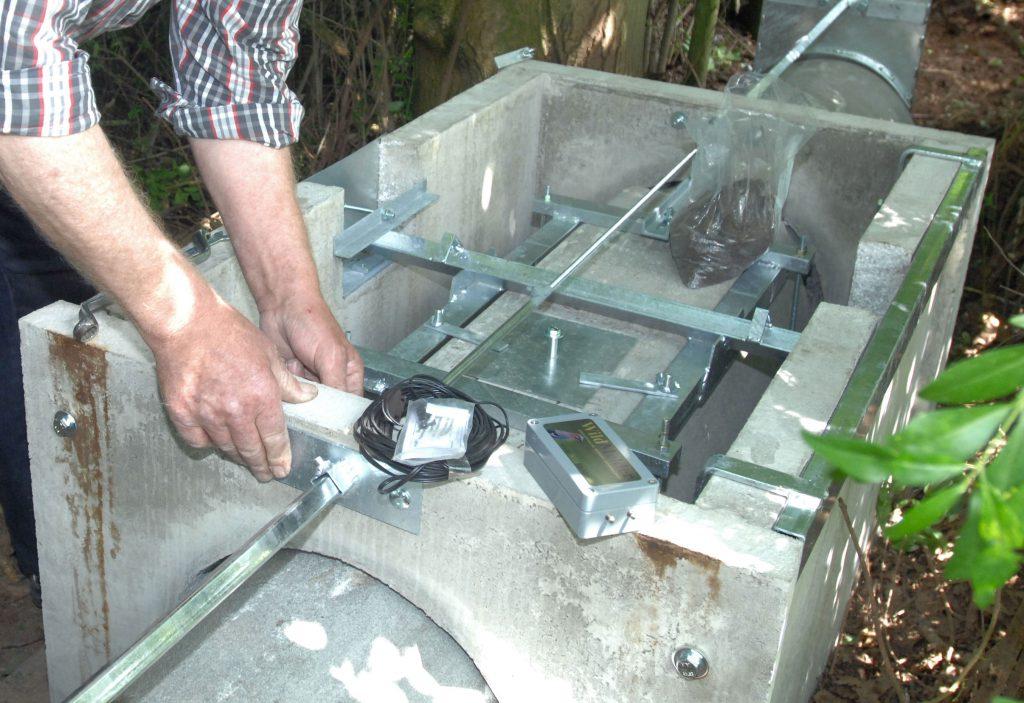 Das Wildmelder Fallenüberwachungssystem wird an einer Kayser Beton Wipprohrfalle eingebaut.