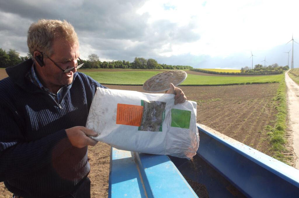 Landwirt befüllt Sämaschine
